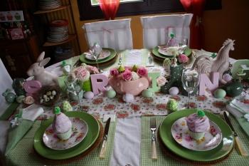 une table de p ques rose et vert d 39 eau. Black Bedroom Furniture Sets. Home Design Ideas