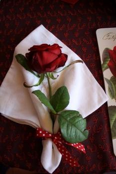 une table de saint valentin plac e sous le signe des roses. Black Bedroom Furniture Sets. Home Design Ideas