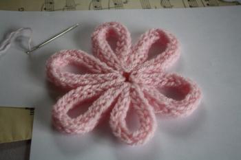 Fabriquer une broche en feutrine et en tricotin - Que faire avec un tricotin ...