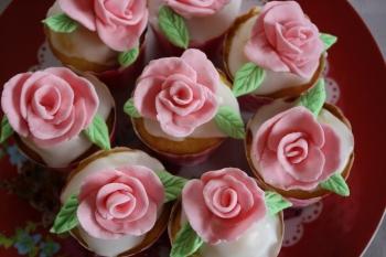 le modelage de fleurs en pâte à sucre