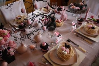 d co de p ques une table rose et noire. Black Bedroom Furniture Sets. Home Design Ideas