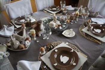 Une table de p ques beige et naturelle for Art de la table de luxe