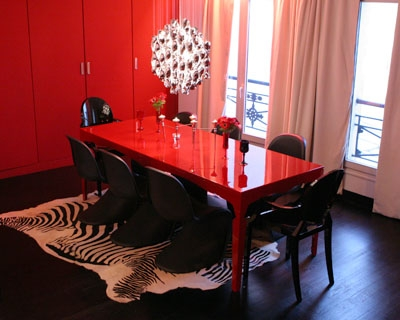 un appartement glamour en rouge et noir la salle manger. Black Bedroom Furniture Sets. Home Design Ideas