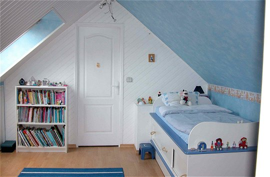 Chambre fille avec lambris for Decoration plafond chambre bebe