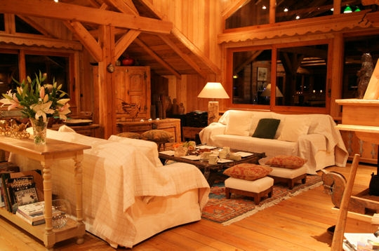 un salon d 39 architecte un chalet de bois sous la neige sur journal des femmes d coration. Black Bedroom Furniture Sets. Home Design Ideas